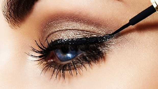 Girl putting the Perfect Liquid eyeliner